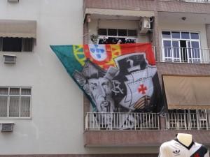 Bandeirão colocado no prédio em frente ao evento.